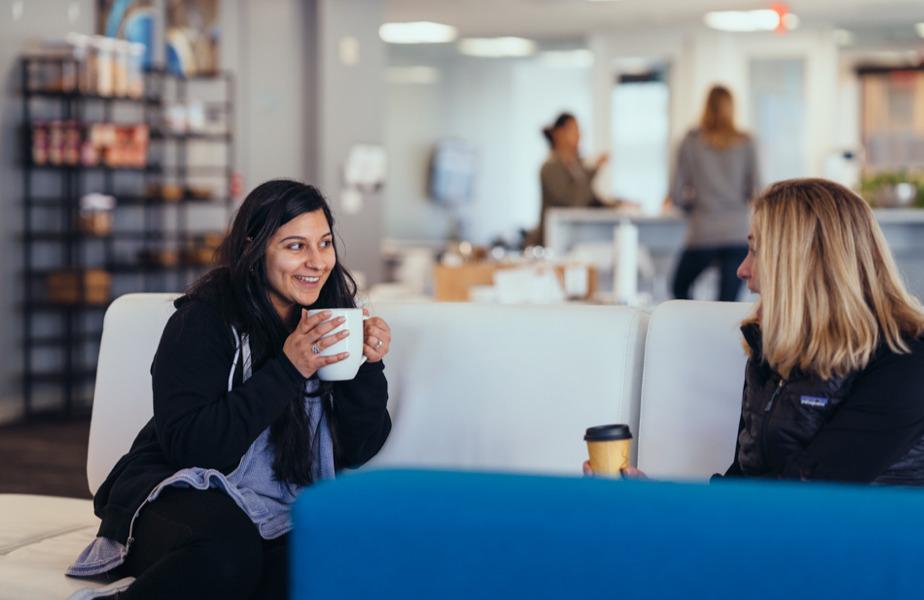 サンフランシスコ オフィスのオープン エリアで温かい飲み物を味わうチーム メンバーたち
